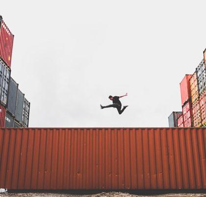 Mann spring über Container