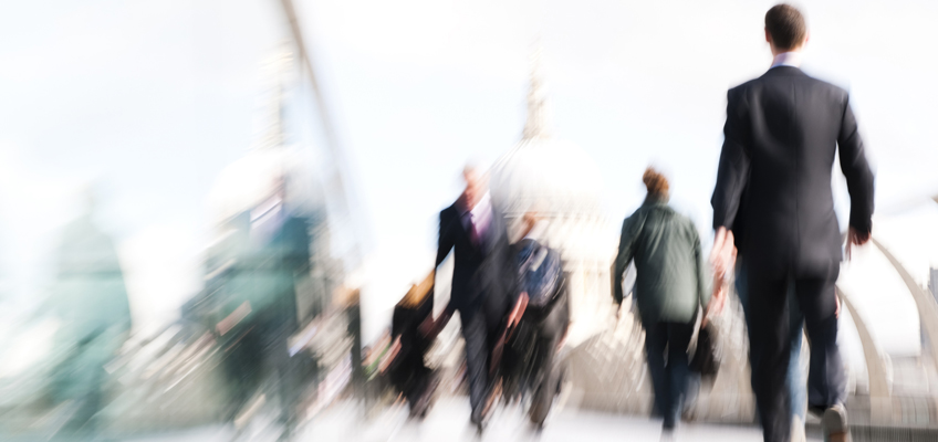 Personen auf dem Weg ins Büro