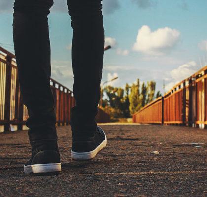 Mann geht über Brücke