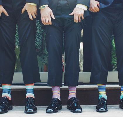 Männer ziehen Hosenbeine hoch