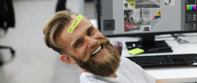 Mann mit Post-it Be Happy auf Stirn
