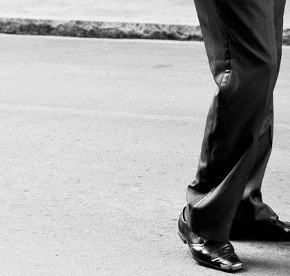 Männerbeine auf Straße