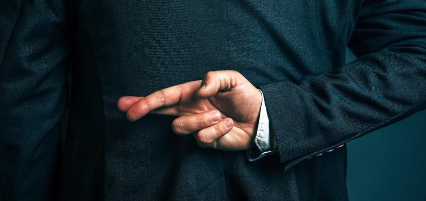 Mann verschränkt Finger hinter Rücken