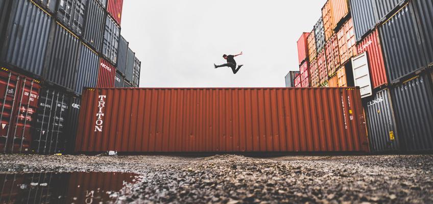 Mann macht auf Container Luftsprung