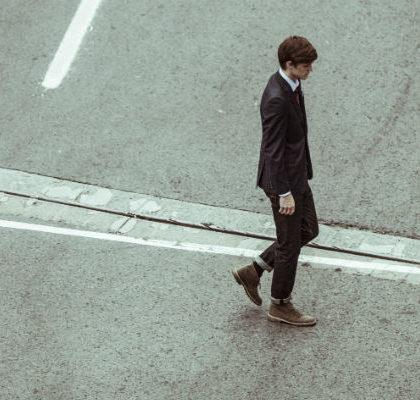 Mann geht über Straße