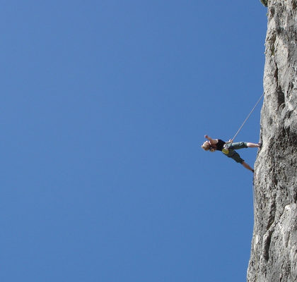 Frau an Steilwand