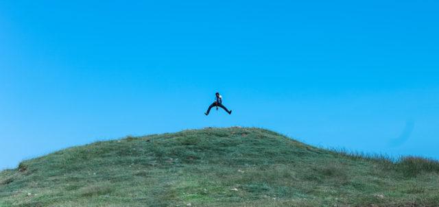 Mann man Luftsprung auf Berg