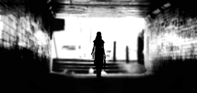 Frau in Unterführung