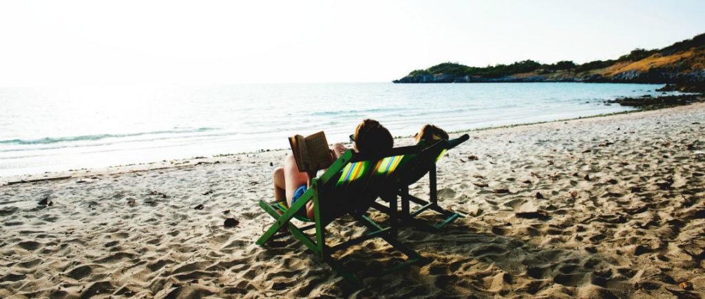 2 Personen im Liegestuhl am Strand