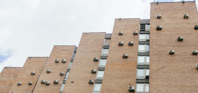 Klimageräte an Hausfassade