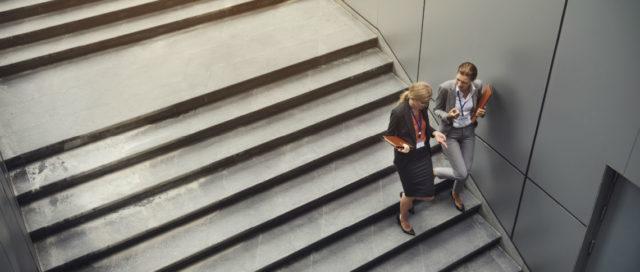 2 Frauen gehen eine Treppe runter