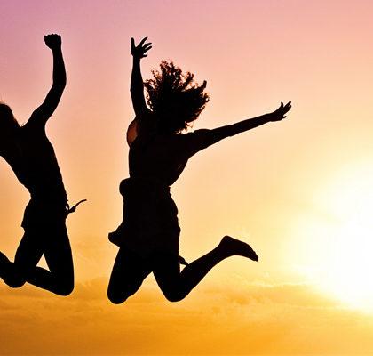 2 Personen machen einen Luftsprung