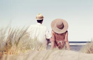 Paar sitzt am Strand
