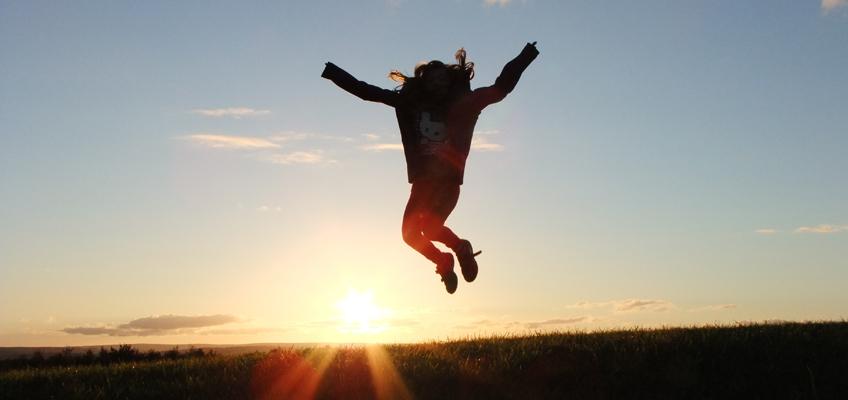 Kind springt in die Luft