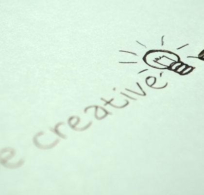 Schriftzug Be creative auf einem Zettel