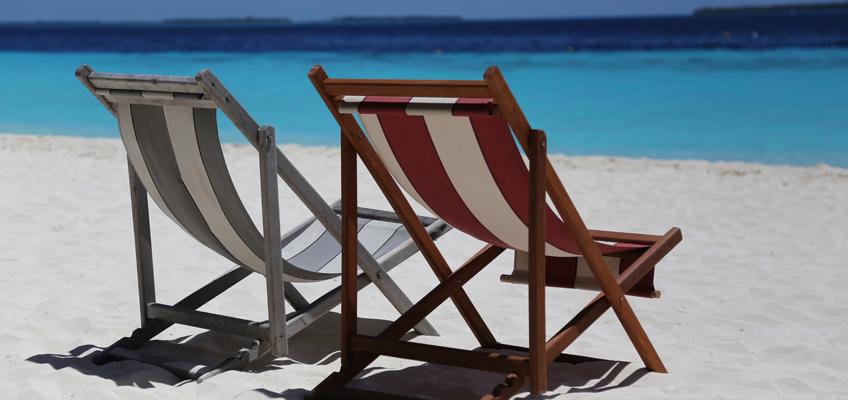 2 Liegestühle am Strand
