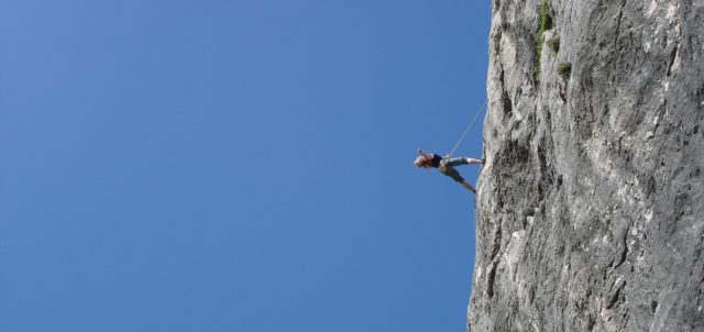 Frau an Felswand