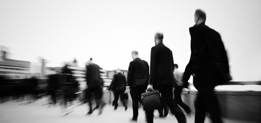 Viele schwarz gekleidete Männer auf dem Weg ins Büro