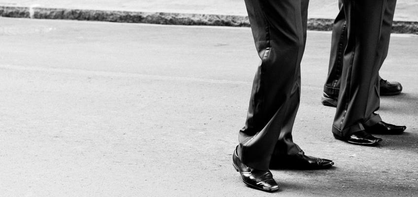 3 Männer in Anzügen auf Straße