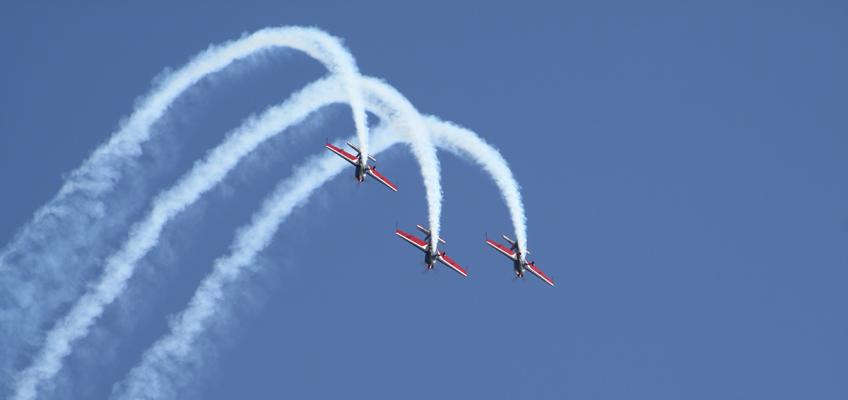 Drei Flugzeuge mit Kodensstreifen am Himmel