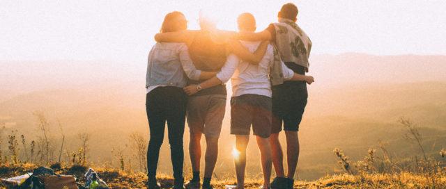 4 Personen schauen in den Sonnenuntergang
