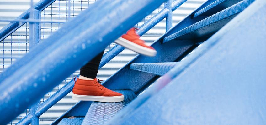 Person geht eine Treppe rauf