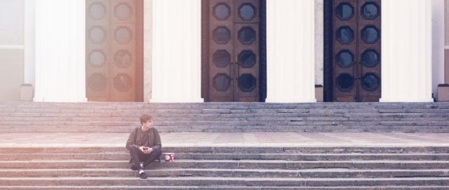 Mann auf Stufen