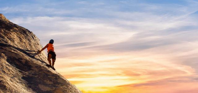 Frau besteigt Gipfel
