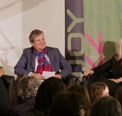 Drei Frauen sitzen auf einem Podium und diskutieren
