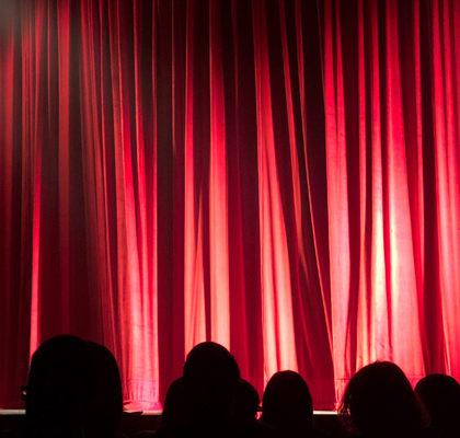 roter Bühnenvorhang