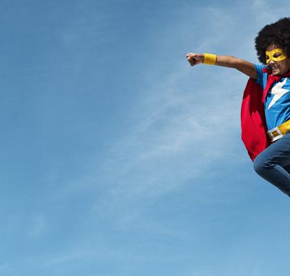 Kind als Superman verleidet springt in die Luft