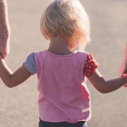 Eltern mit Kind an der Hand