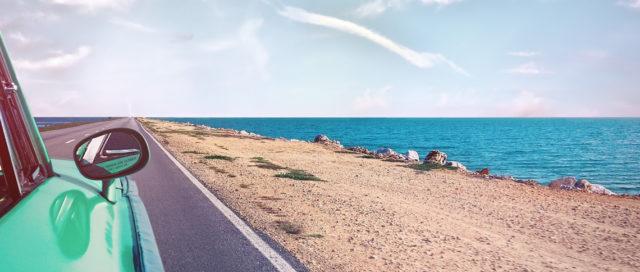 Auto fährt auf Küstenstraße