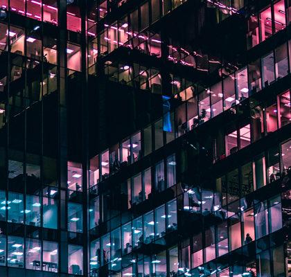Beleuchtete Bürofassade