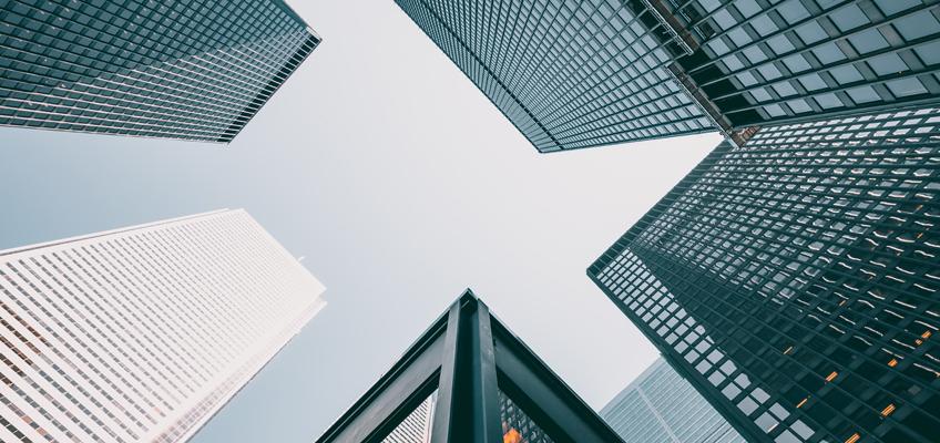 Blick hoch zu Hochhäusern