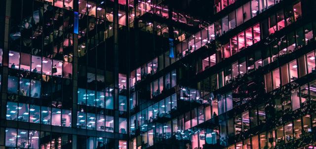 Eine in der Nacht beleuchtete Bürofassade