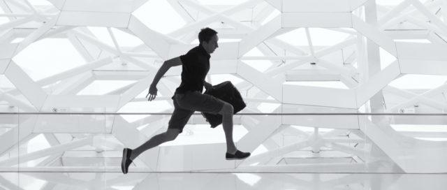 Mann läuft mit Aktentasche