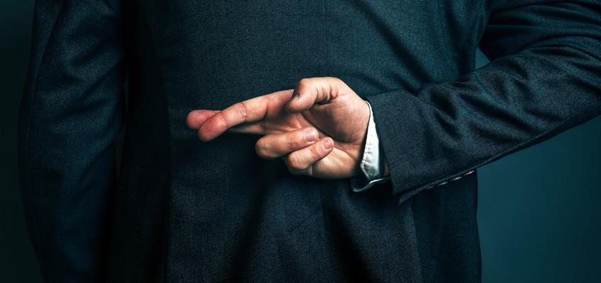 Mann mit verschränkten Fingern hinter Rücken