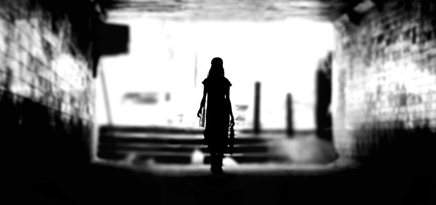 Frau geht durch Unterführung