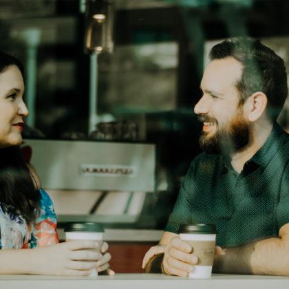 Mann und Frau im Cafe