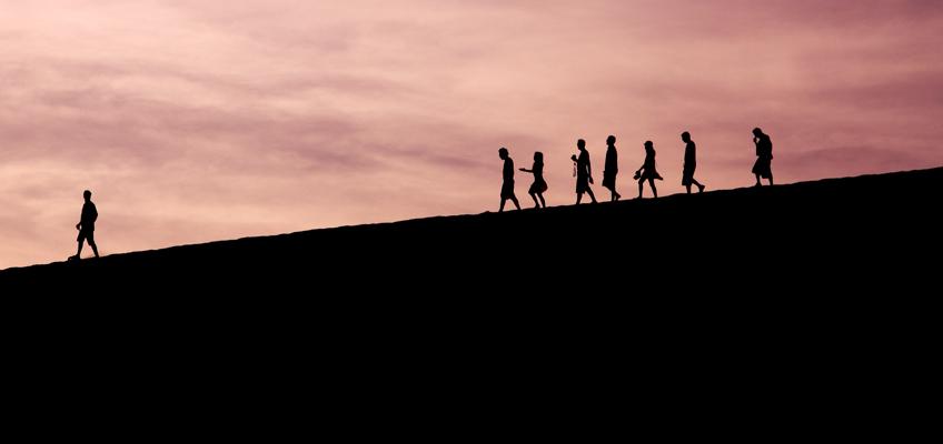 Gruppe geht Berg herunter