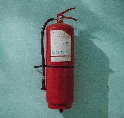 Feuerlöscher an der Wand