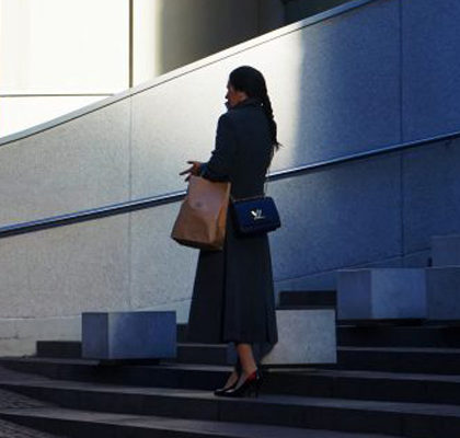 Elegante Frau geht eine Treppe herunter