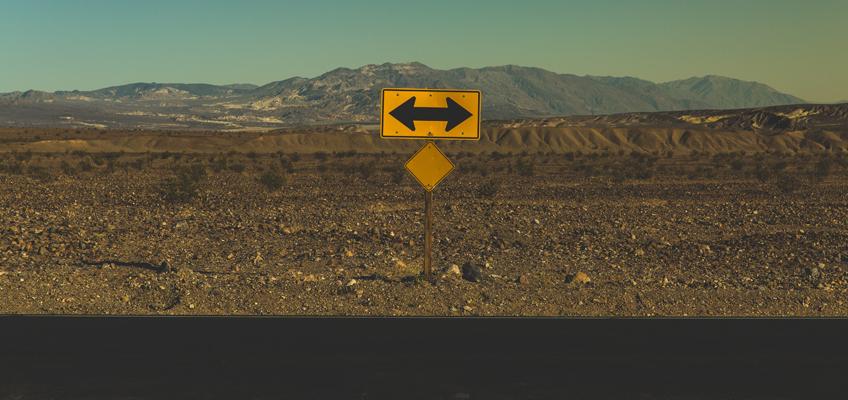 Schild mit 2 Pfeilen nach rechts und links
