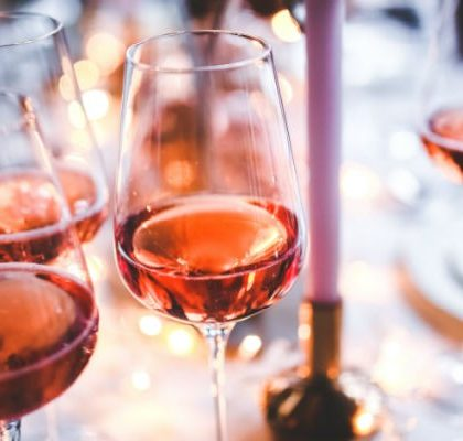Tisch voller Weingläser