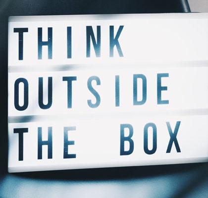Schriftzug Think Outside The Box