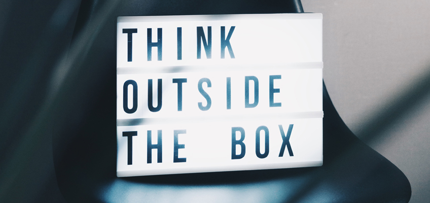 Schriftzug Think Outside The Box