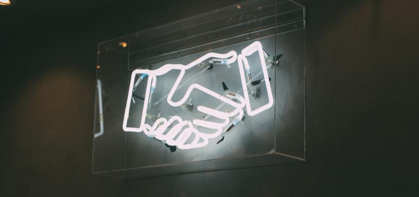 Zwei Hände geben sich die Hand