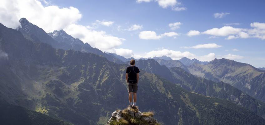 Mann auf Gipfel