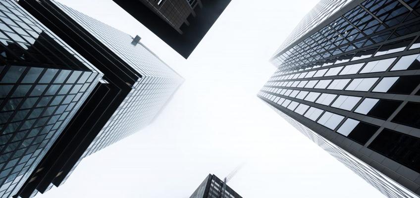 Blick hoch zu Wolkenkratzern